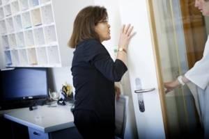 Infirmier discutant avec une patiente