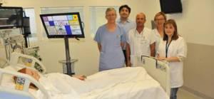 un groupe de soignants de l'AP-HM au chevet d'un patient