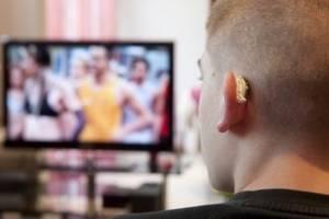 homme jeune avec appareil auditif